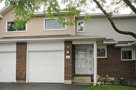 A great 3 Bedroom, 3 Bathroom (2 + En-suite) town home in a private community.